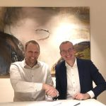 Sverker Larsson, CEO of Willis Larsson Transport, and Rico Daandels, CEO of Van den Bosch sign the agreement.